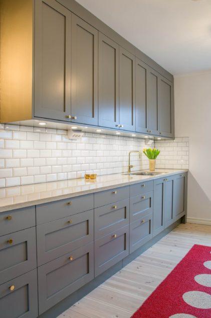 Köögimööbel eritellimusel - IKEA karkassidele paigaldatud Shaker 1 uksed ja Noble Calista kvartsist töötasapind.