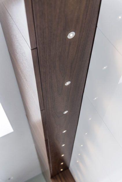 Pähklispoonist uksed ja seinakapi alla paigaldatud valgustusega küljepaneel.