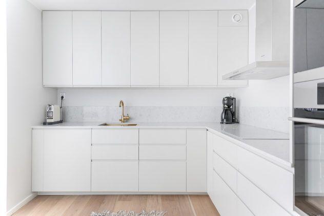 Siledad valged uksed IKEA karkassidel ja Noble Carrara kvartsist töötasapind
